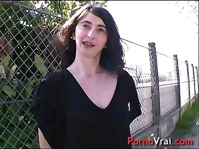 She squirts unable to restrain himself in the street!! French amateur